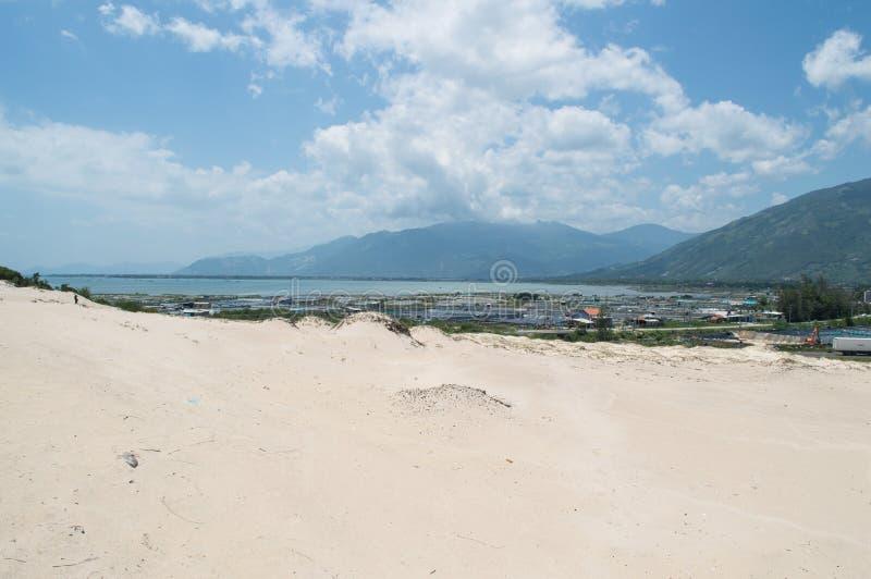 Nabrzeżny krajobraz z diunami i miasteczko blisko Nha Trang, Wietnam obrazy royalty free