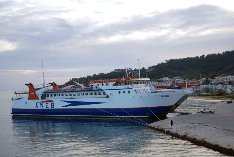 Nabrzeżny prom blisko Thasoss na Greckim wybrzeżu obraz stock
