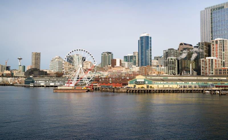 Nabrzeży mol doku budynków Ferris Igielny koło Seattle obraz royalty free
