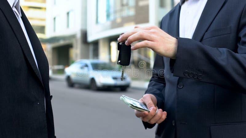 Nabywca płaci pieniądze auto właściciel pojazd, sprzedaż samochód bez pośredniczki fotografia stock