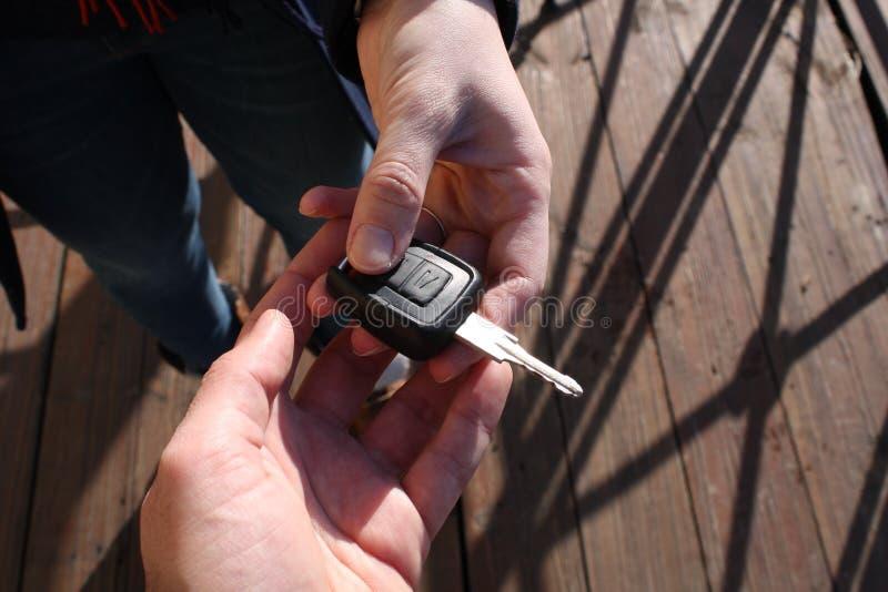 Nabywcy ` s ręka bierze samochodowego klucz zdjęcia stock