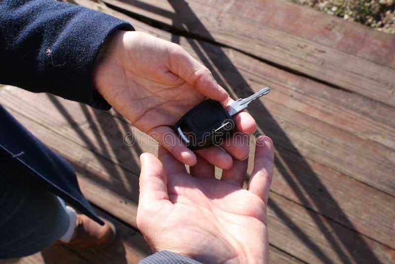 Nabywcy ` s ręka bierze samochodowego klucz fotografia stock
