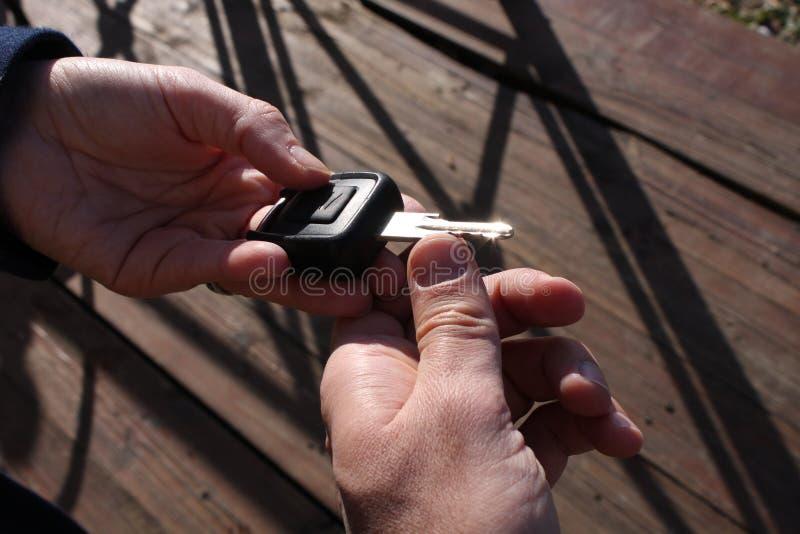 Nabywcy ` s ręka bierze samochodowego klucz zdjęcia royalty free