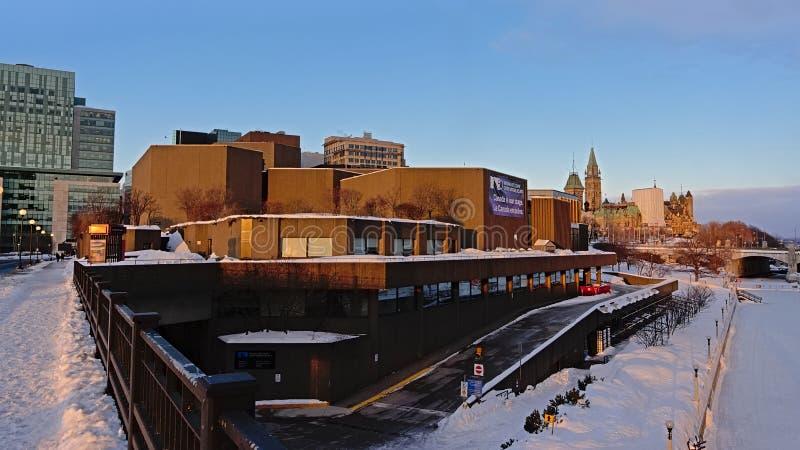 NAC ao longo do canal do rideau, com o monte do parlamento no fundo, Ottawa fotografia de stock royalty free