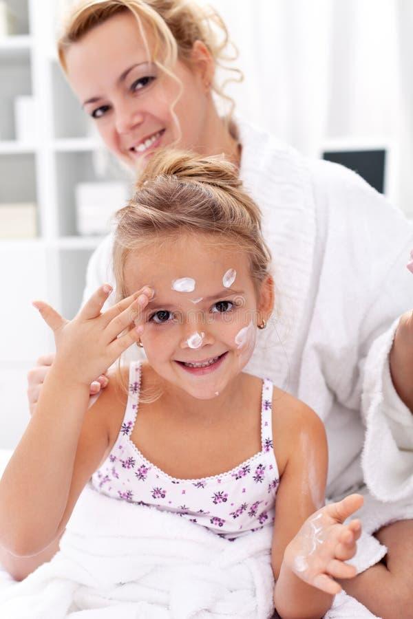 Nach Badkarosseriensorgfalt - Auftragen der Gesichtssahne stockbild