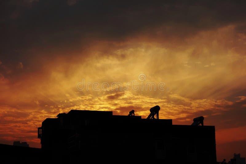 Nach dem Abendessen merkwürdiges Sonnenunterganglicht stockbilder