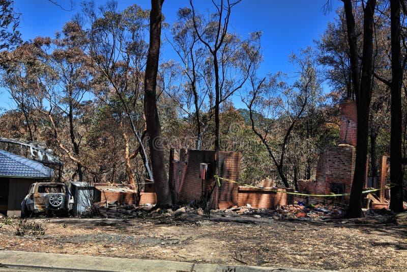 Nach dem Feuer - gebrannte Häuser und Fahrzeuge stockfotos