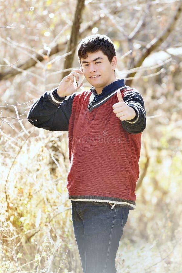 Nach der Ausbildung lächelnder Mann machen eine Pause stockbild