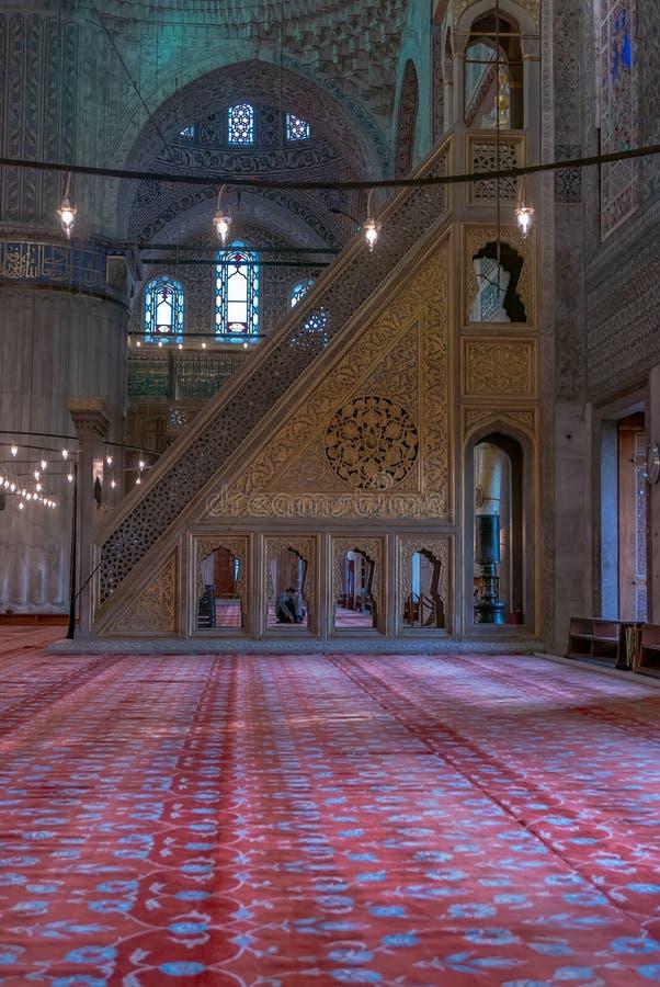Nach der Ausführung eines Gebets innerhalb der blauen Moschee in Istanbul, die Türkei nicht identifizierter moslemischer Mann jus lizenzfreie stockfotografie