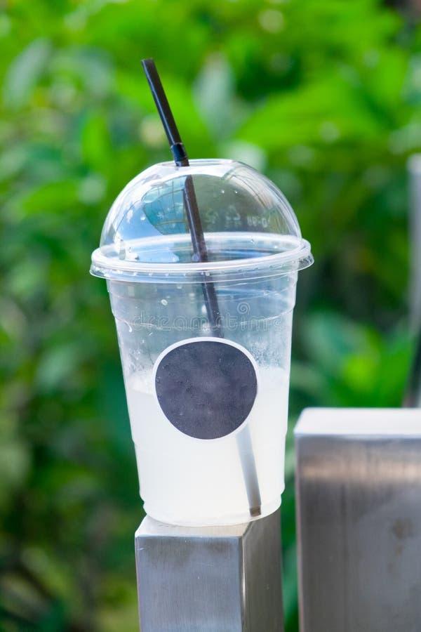 Nach gefrorenem Getränk in der Mitnehmerschale stockbild