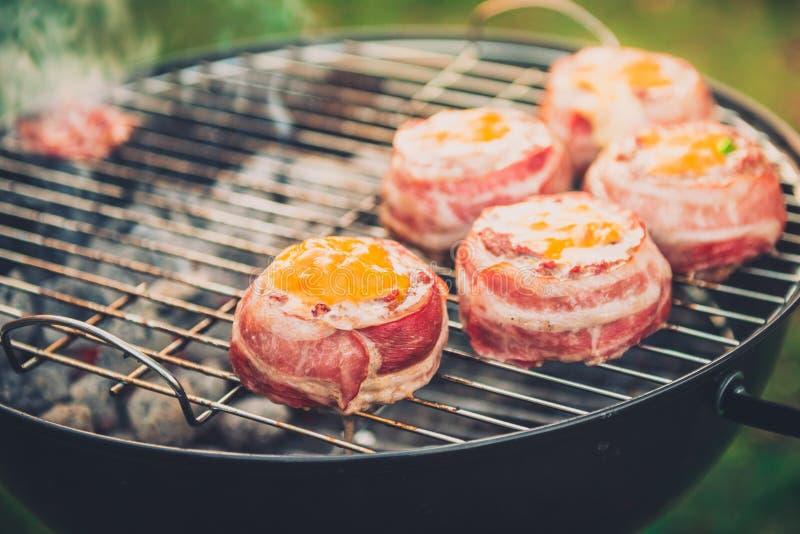 Nach Hause gemachte Bier-Dosen-Speck-Burger auf Grill machend, grillen Sie lizenzfreie stockfotografie