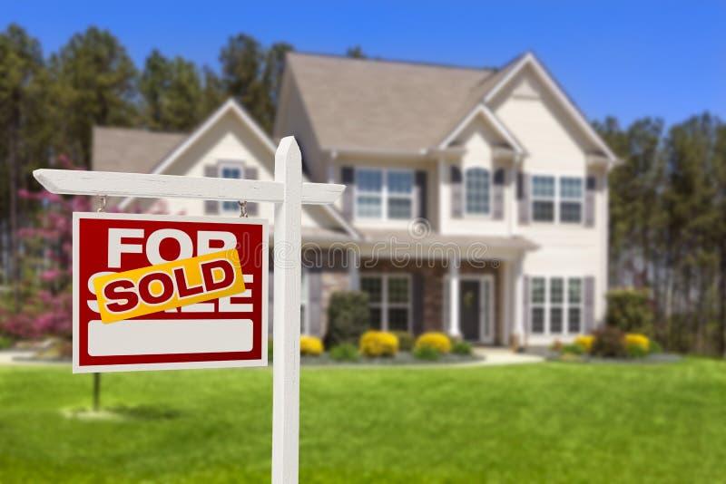 Nach Hause verkauft für Verkaufs-Real Estate-Zeichen und -haus stockbild