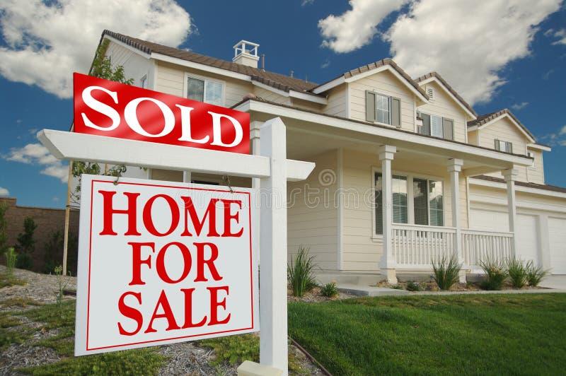 Nach Hause verkauft für Verkaufs-Zeichen u. Haus lizenzfreie stockbilder