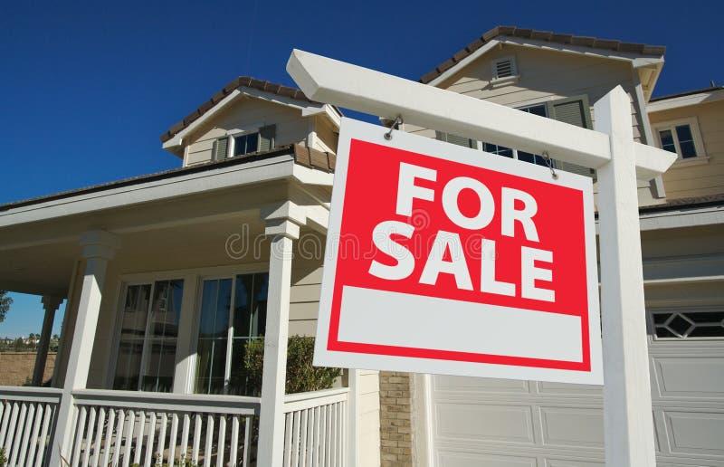 Nach Hause verkauft für Verkaufs-Zeichen u. neues Haus lizenzfreie stockfotografie
