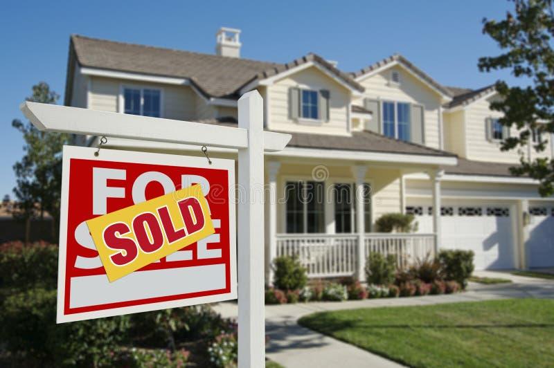 Nach Hause verkauft für Verkaufs-Zeichen und Haus stockfotografie