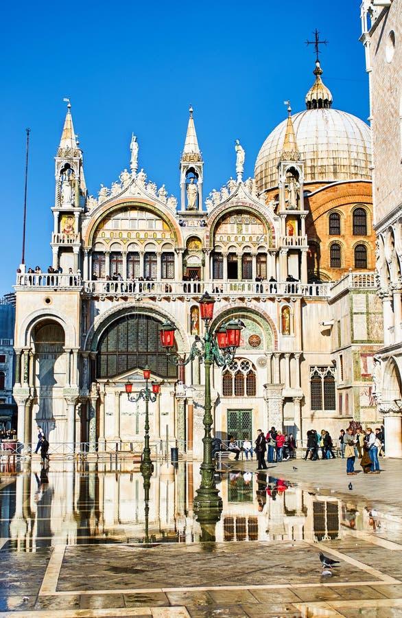 Nach heftigen Regenfällen in Venedig, Italien, liegt das Doges-Palast außen am St. Markus-Platz stockfotos