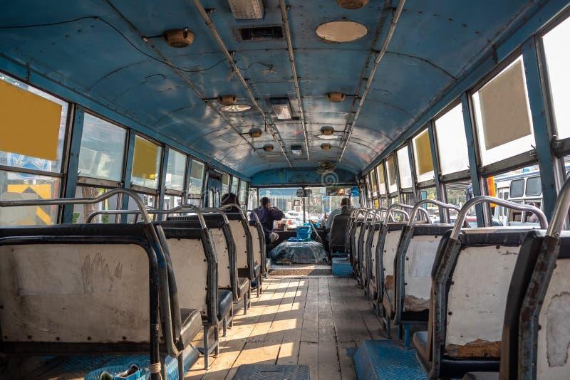 Nach innen vom asiatischen Bus mit leeren Sitzen stockfoto