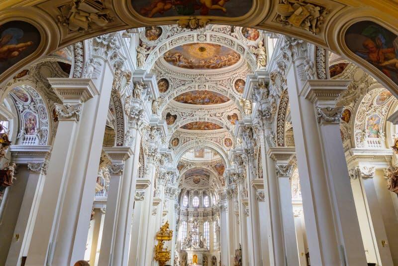 Nach innen vom Heiligen Stephen Cathedral in Passau stockbilder