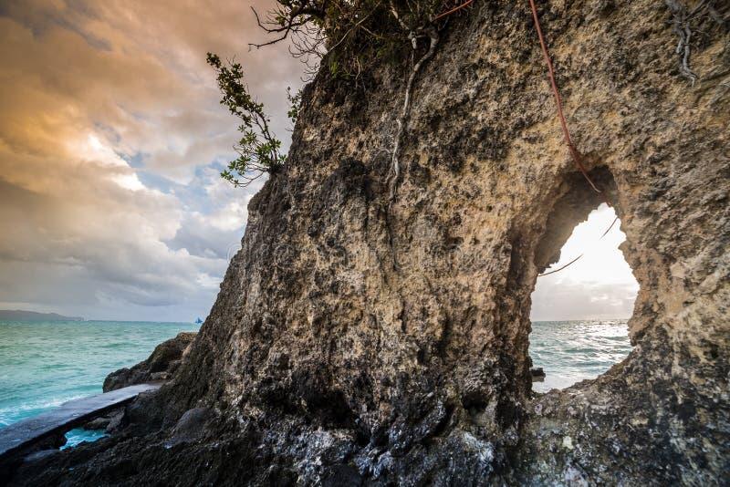 Nach innen von der Großsegelhöhle und vom azurblauen Meer der Ansicht stockfotografie