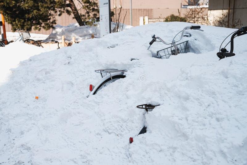 Nach Schnee fällt in Sapporo schwer für einige Tage Infolgedessen werden Straßen zum Durchstreifen geschlossen Das Fahrrad wird m stockbild