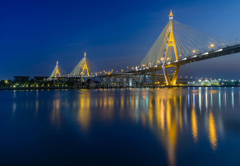 Nach Sonnenuntergangzeit an bhumibol Brücke stockbilder