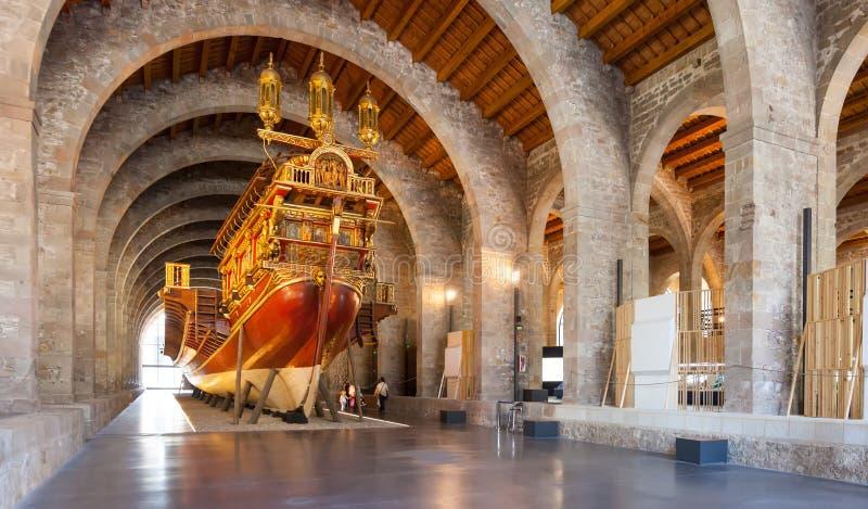 Nachahmung des mittelalterlichen Schiffs des Krieges in Museu Maritim De Barcelona lizenzfreies stockbild