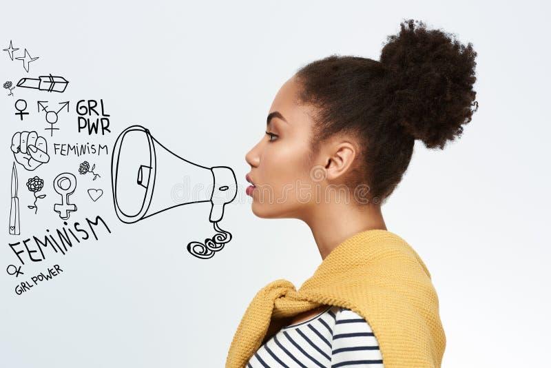 Nachahmungssprechen der jungen Frau im Mundstück lokalisiert auf weißem Hintergrund lizenzfreie stockfotografie