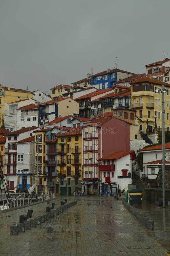 Nachbarschaft des Fischereihafens von Bermeo mit seinen schönen Gebäuden an einem regnerischen Nachmittag Architektur-Reise-Natur stockfoto