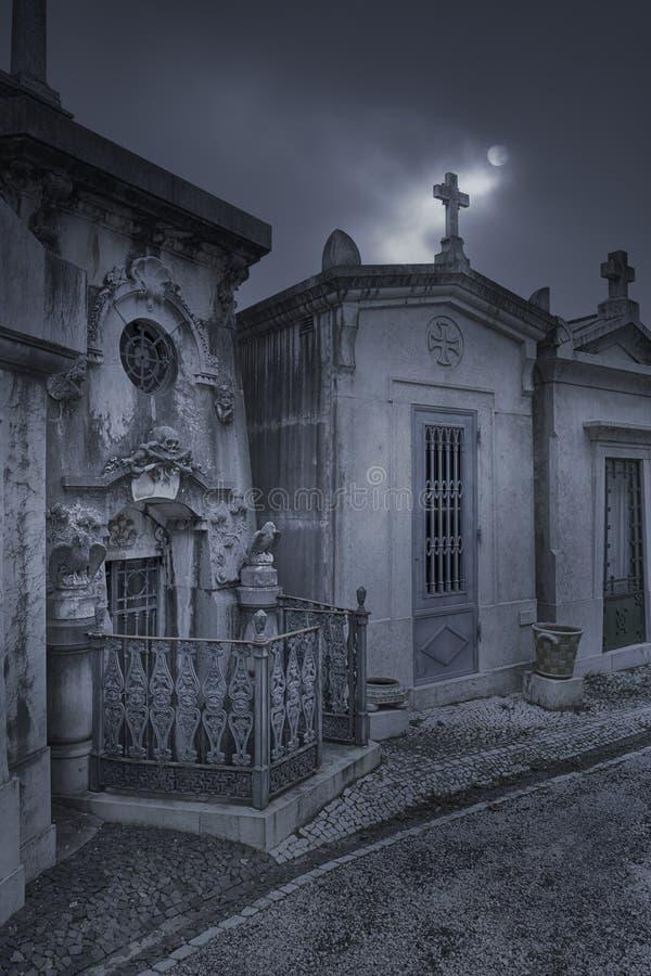 Nachbarschaft, eine Nacht im Kirchhof stockbilder