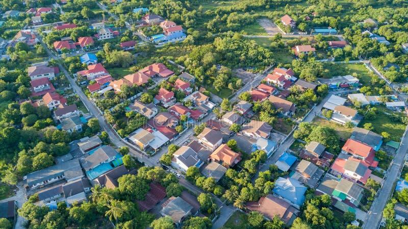 Nachbarschaft mit Wohnhäusern und Fahrstraßen lizenzfreies stockfoto