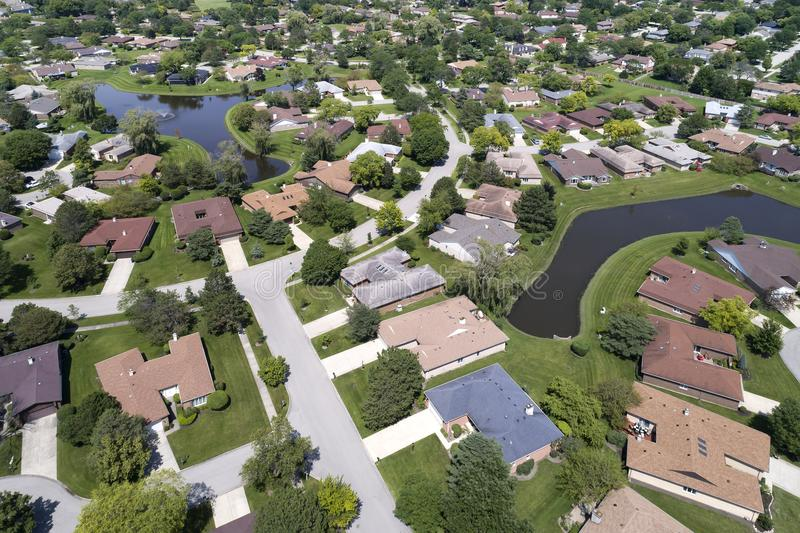 Nachbarschafts-Vogelperspektive mit Teichen stockfoto