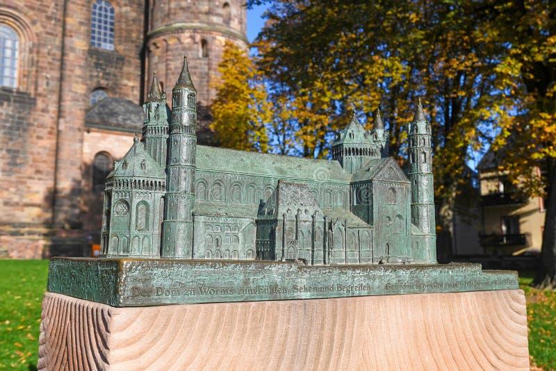 Nachbau eines kleinen Touchtest-Modells für Blinde der römisch-katholischen St. Peter-Kathedrale in der Stadt Worms in Deutschlan lizenzfreie stockbilder