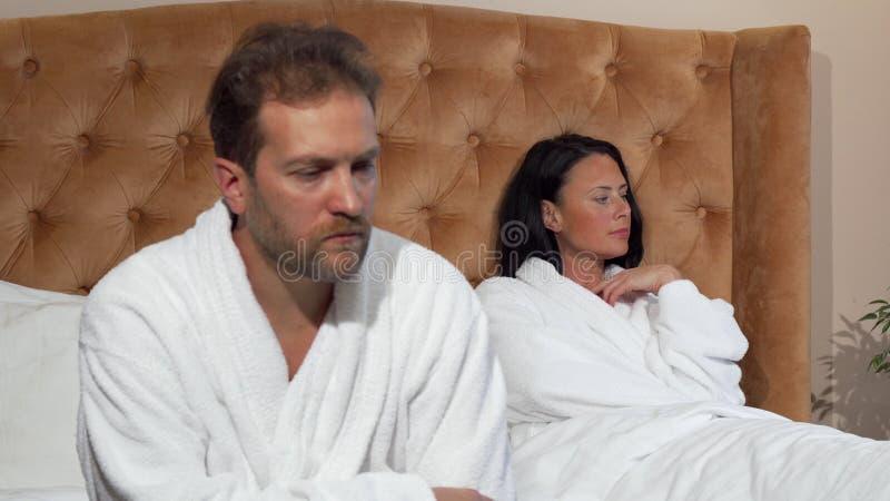 Nachdem dem Streiten verheiratete reife Paare, die separatedly, sprechend nicht sitzen stockfotografie