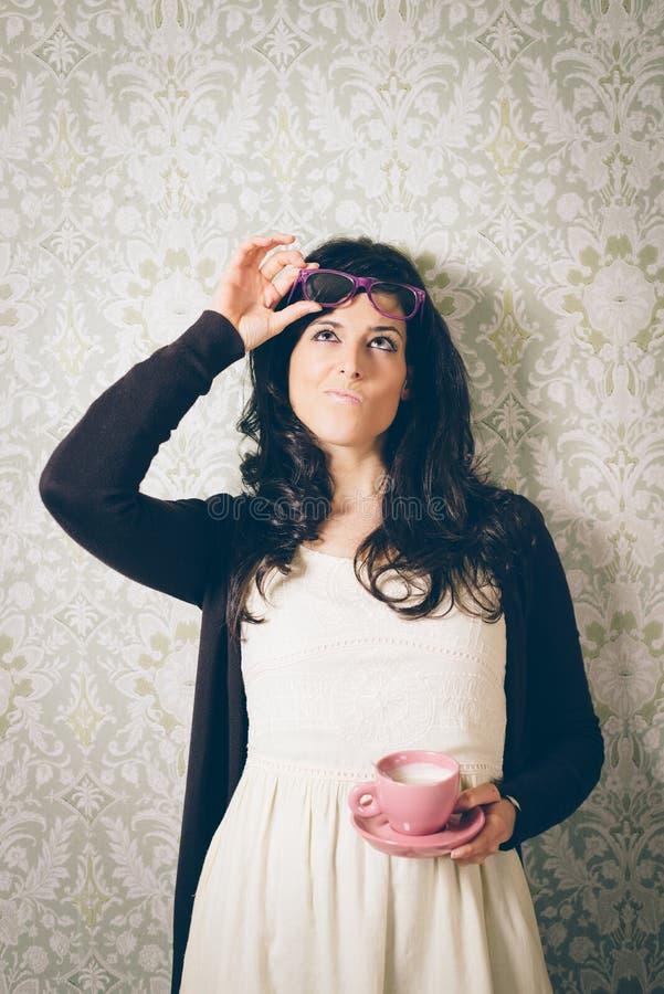 Nachdenklich und Frau auf Retro- Wand mit Kaffee vermutend lizenzfreies stockbild