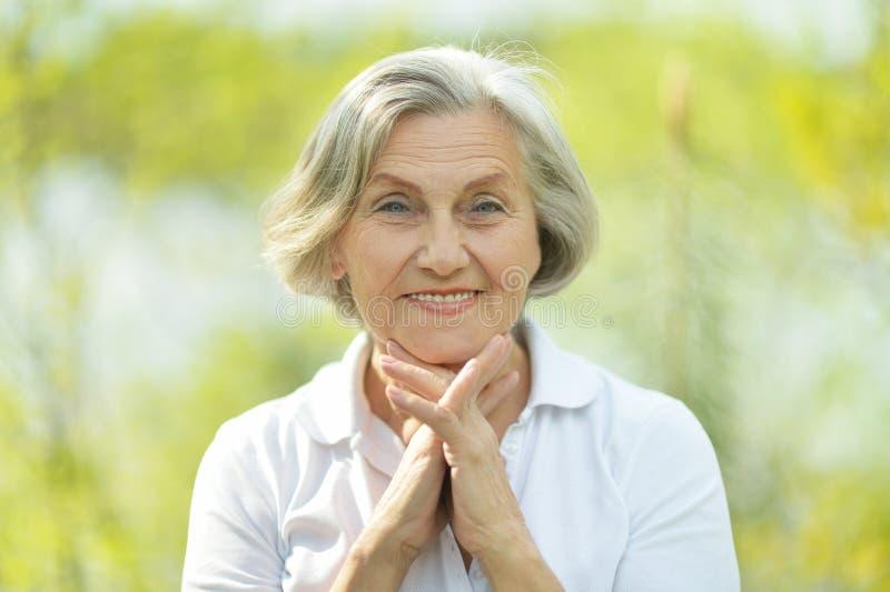 Nachdenkliche ältere Frau stockfoto