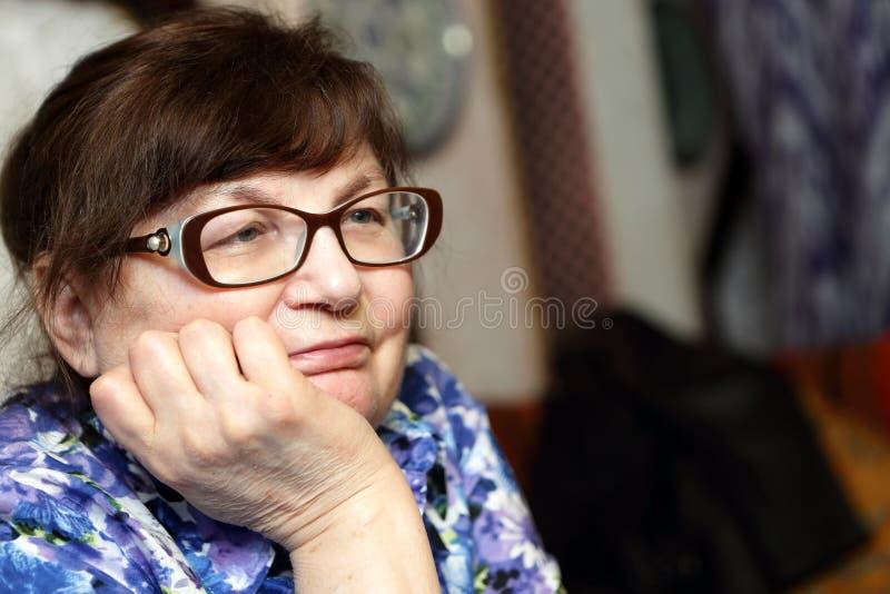 Nachdenkliche ältere Frau lizenzfreie stockbilder