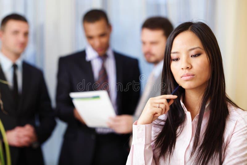 Nachdenkliche asiatische Geschäftsfrau stockfotos
