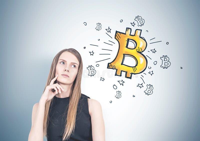 Nachdenkliche Blondine, bitcoin lizenzfreies stockfoto