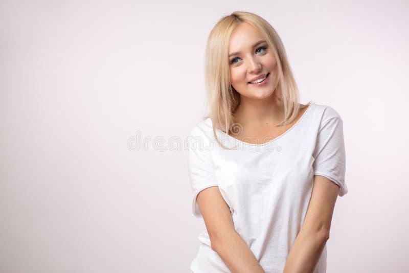 Nachdenkliche Blondine mit schönen grauen Augen lizenzfreies stockbild