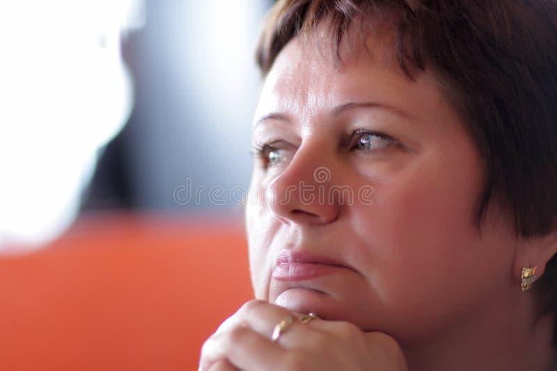 Nachdenkliche fällige Frau lizenzfreies stockfoto