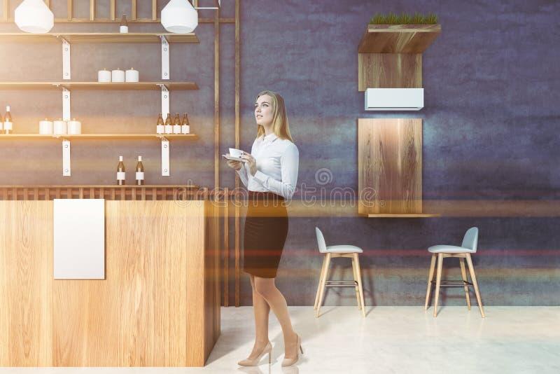 Nachdenkliche Frau im modernen Kneipeninnenraum stockbild