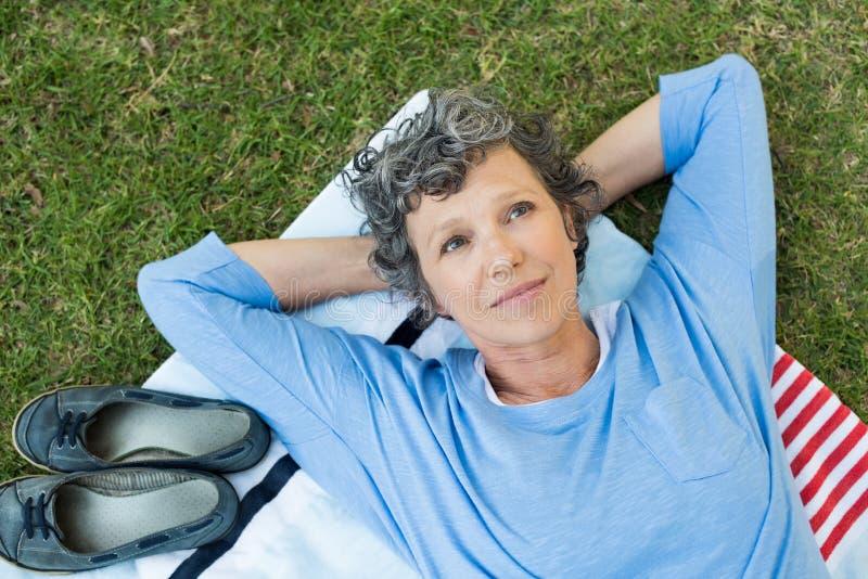 Nachdenkliche Frau im Park lizenzfreie stockfotos