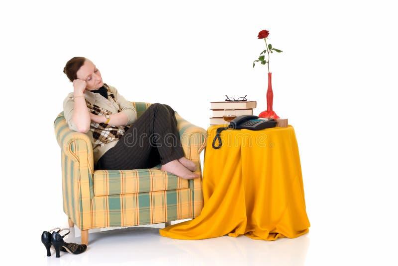 Nachdenkliche Frau im Sofa stockbild