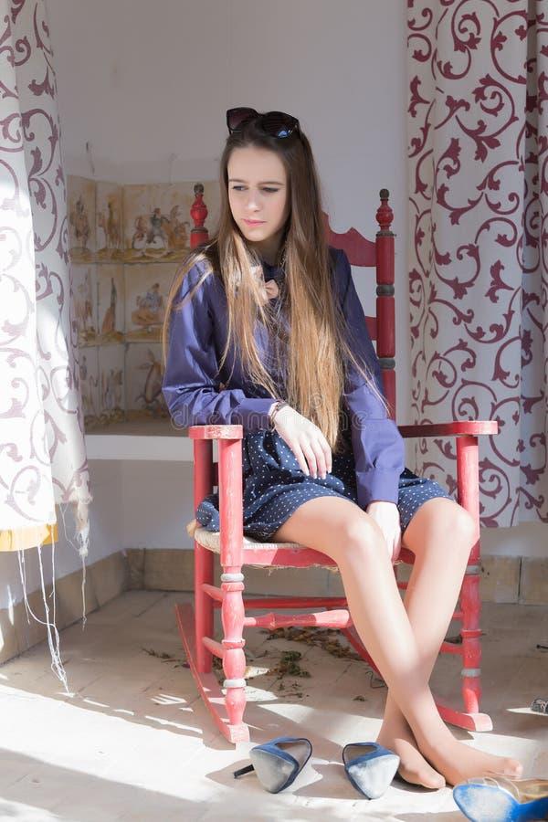 Nachdenkliche Frau mit Schuhen weg stockfotos