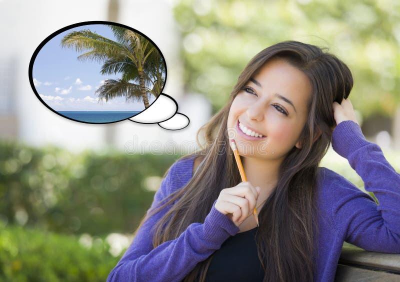 Nachdenkliche Frau mit tropischer Szene innerhalb der Gedanken-Blase stockfotografie