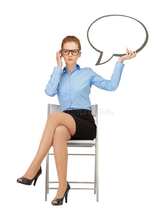 Nachdenkliche Geschäftsfrau mit leerer Textblase stockbild