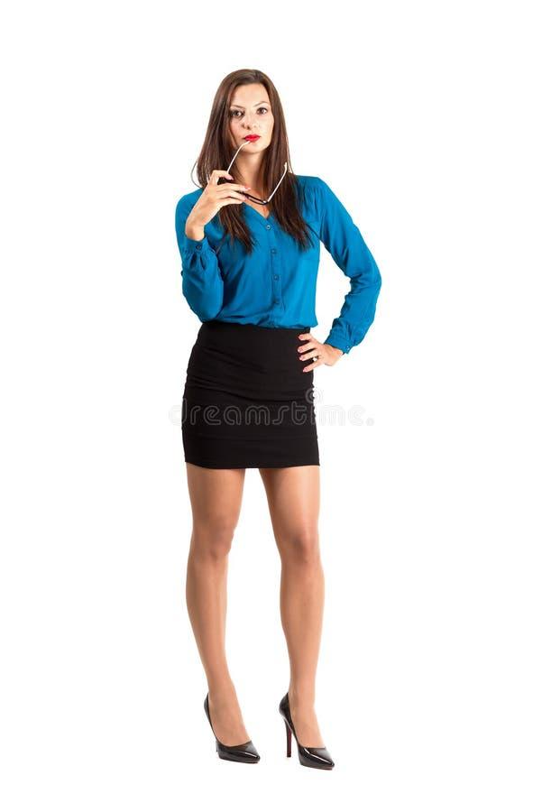 Nachdenkliche Geschäftsfrauschönheit, die Gläser hält stockbild
