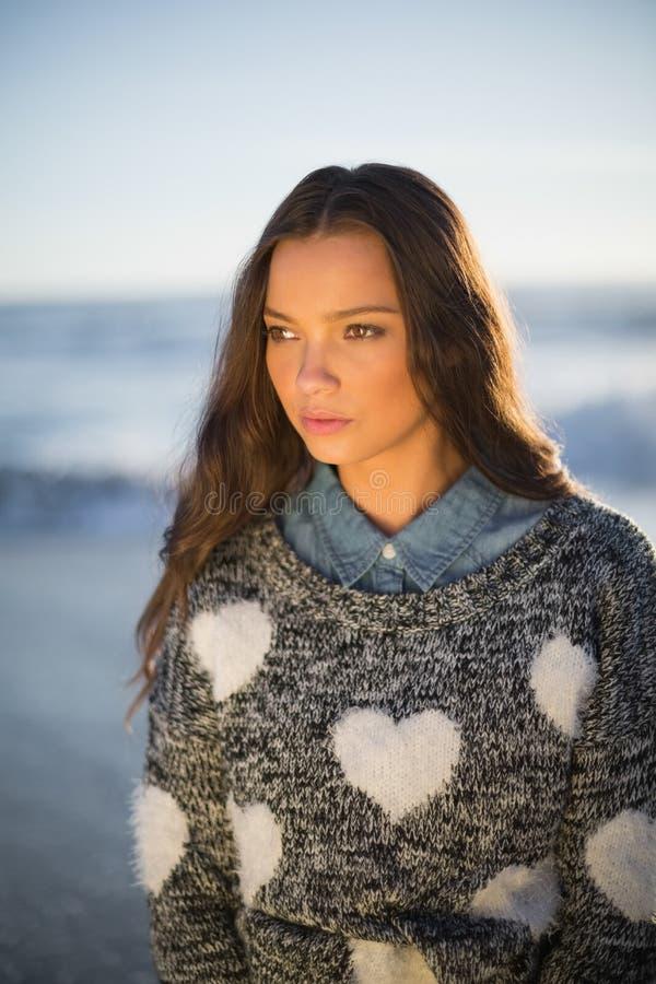 Nachdenkliche herrliche Frau mit der Pulloveraufstellung lizenzfreie stockfotos