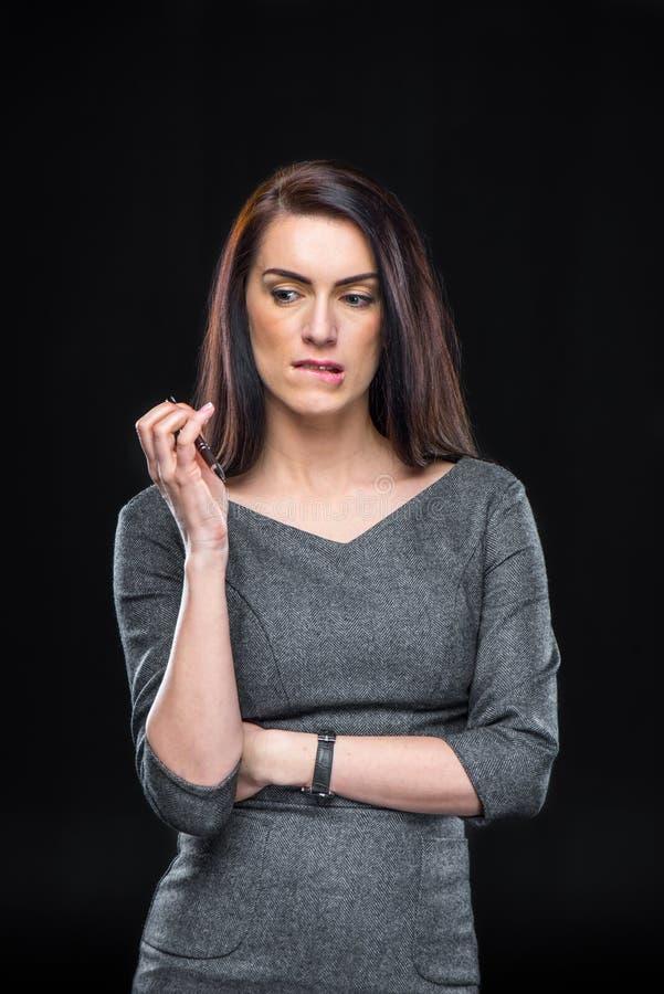 Nachdenkliche junge Frau stockfoto