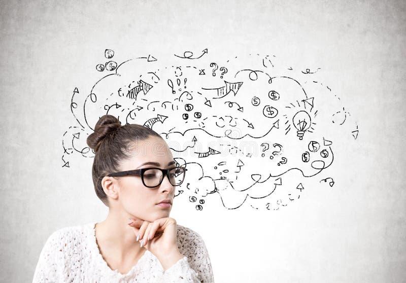 Nachdenkliche junge Frau in den Gläsern, Geschäftsfragen stockbild
